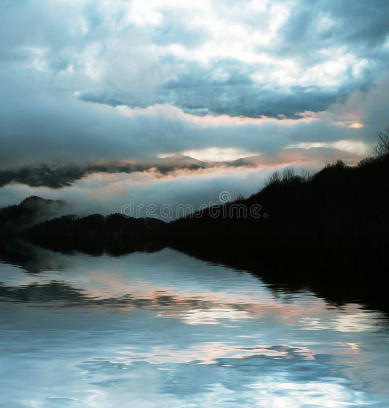 De zonsondergang van bergen royalty-vrije stock afbeeldingen