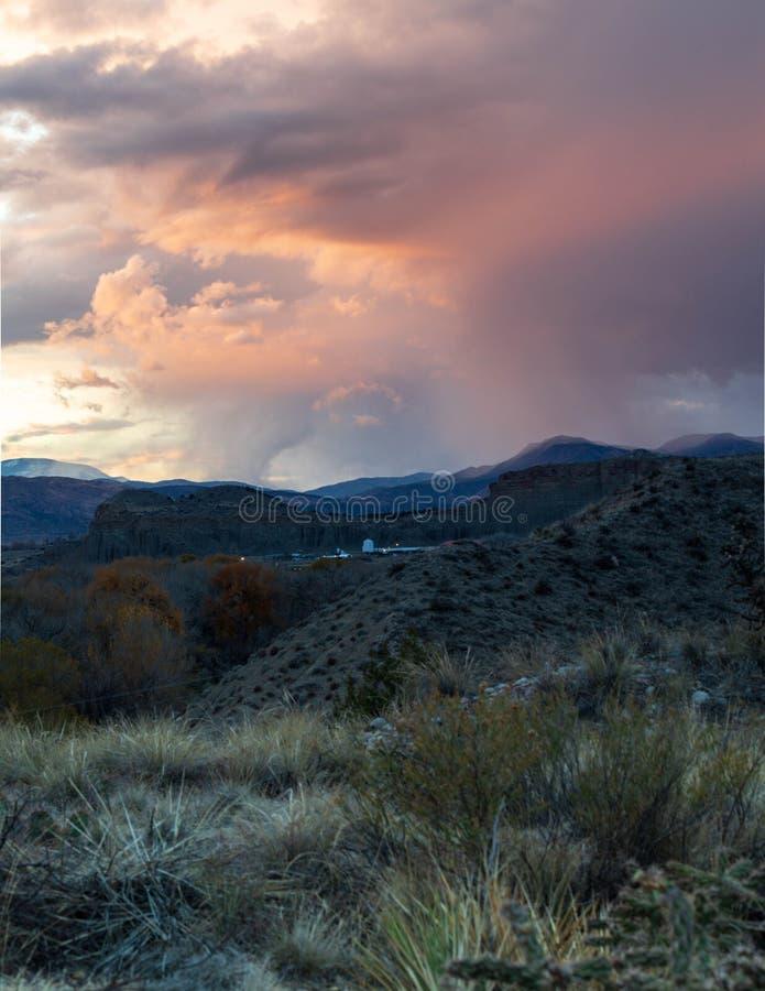 De Zonsondergang van de bergwoestijn stock foto's