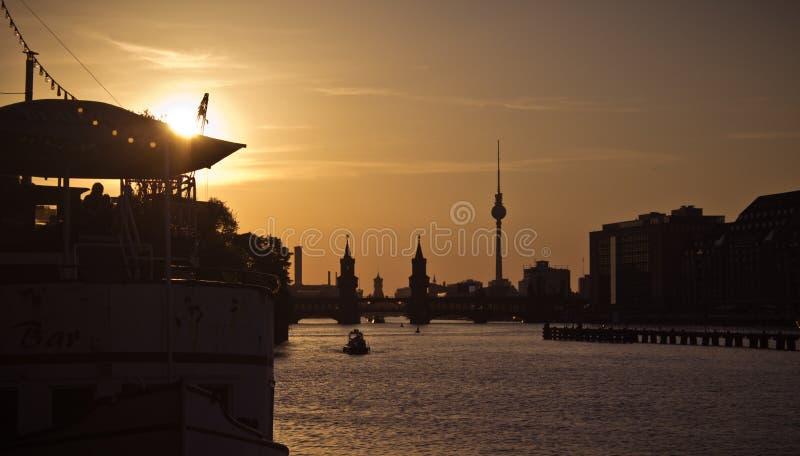 De zonsondergang van Berlijn van de Oberbaumbrug stock foto's
