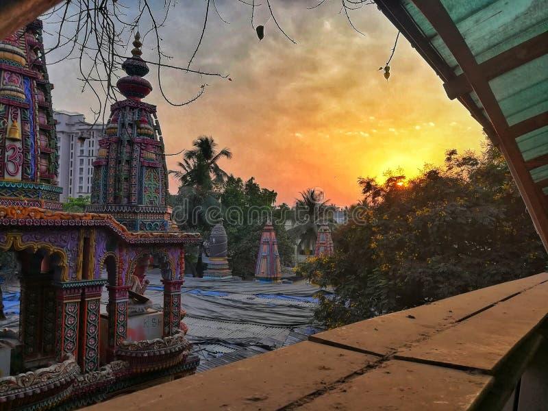 De zonsondergang van de Bhatladevi tample avond stock fotografie