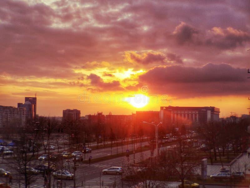 De zonsondergang van Boekarest stock afbeelding