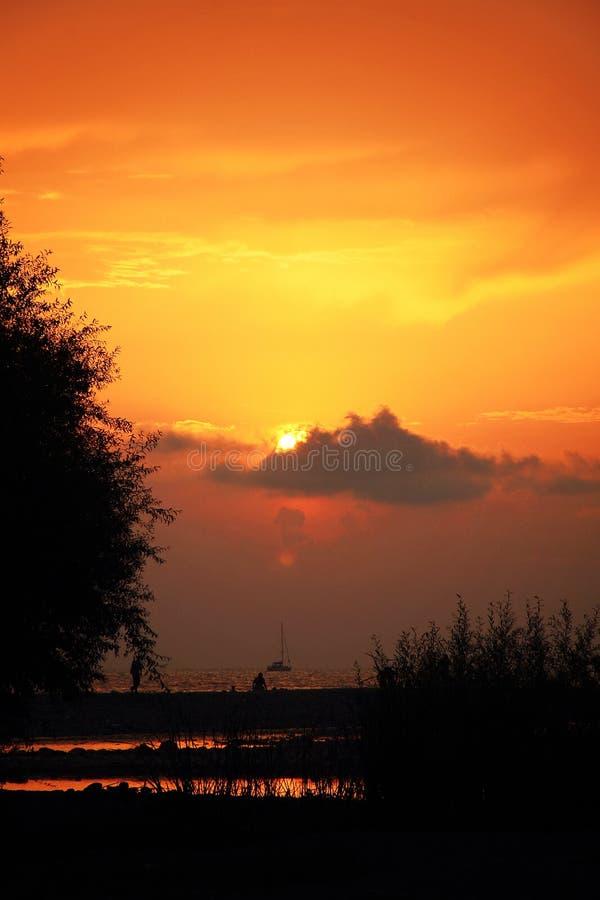 De zonsondergang van de avondzomer op de Zwarte Zee stock afbeelding