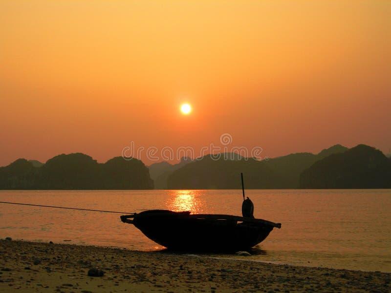 De zonsondergang van de Baai van Halong royalty-vrije stock fotografie