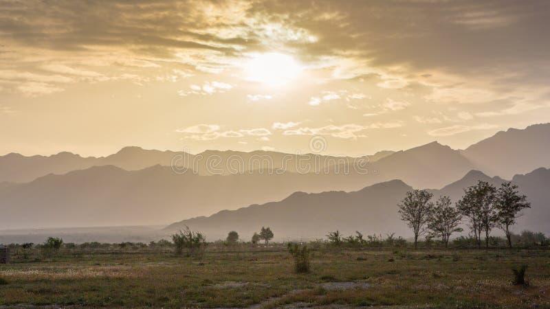 De zonsondergang van de berg stock foto