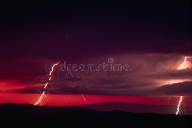 De zonsondergang van de bliksem stock afbeeldingen