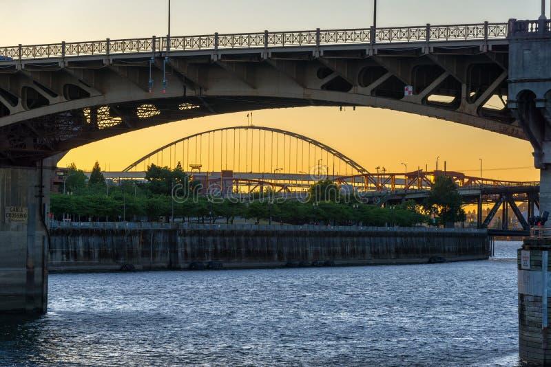 De Zonsondergang van de Burnsidebrug stock foto's