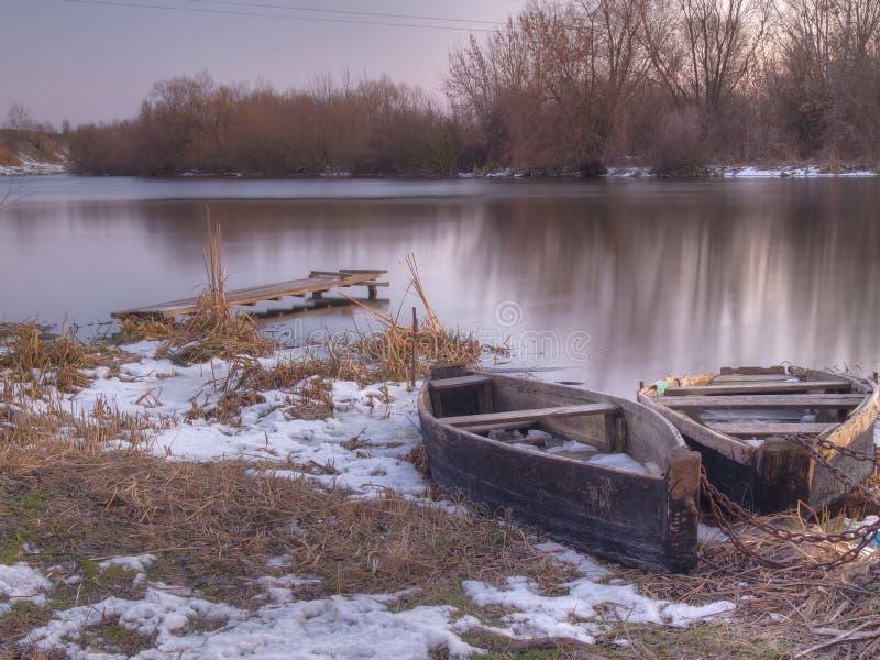 De zonsondergang van de de winterrivier stock afbeelding