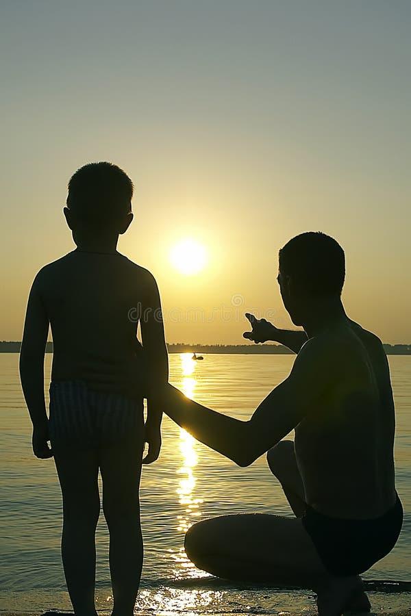 De zonsondergang van de familie royalty-vrije stock afbeelding