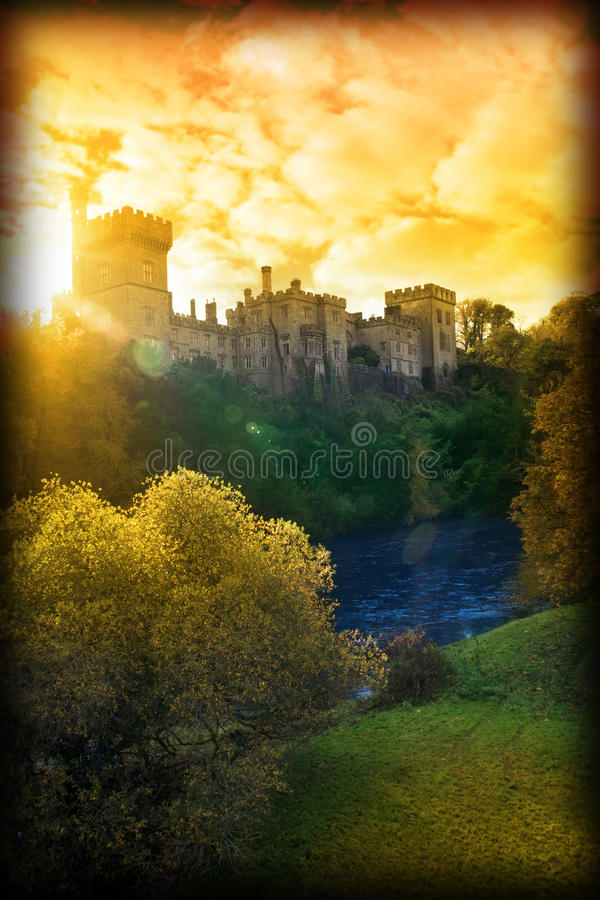 De zonsondergang van de herfst over kasteel Lismore stock foto