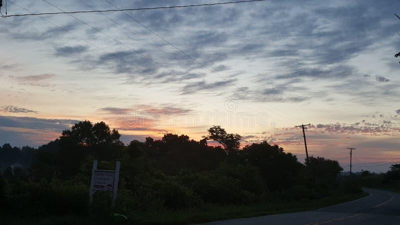 De zonsondergang van de heuveltop stock foto's