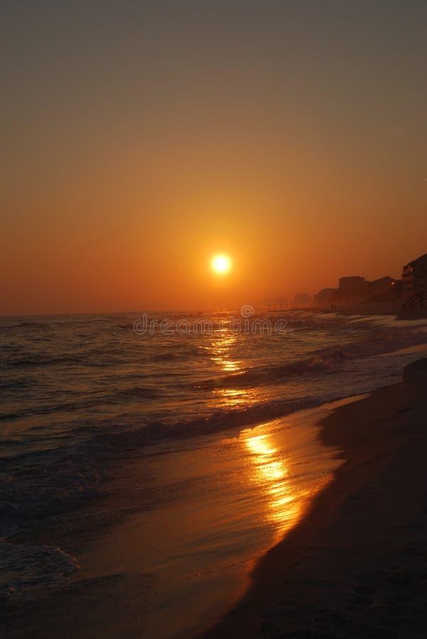 De Zonsondergang van de Kust van de golf stock afbeelding