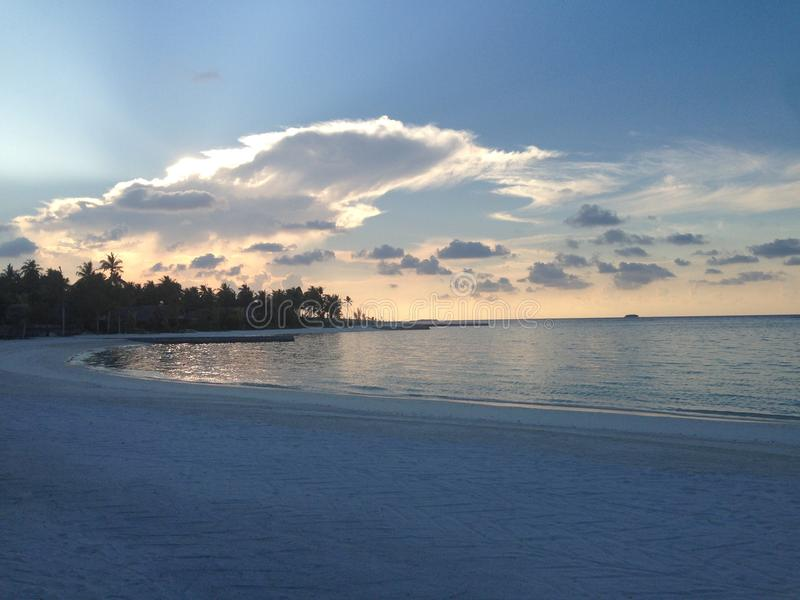 De Zonsondergang van de Maldiven bij NIYAMA-Eilandtoevlucht stock fotografie