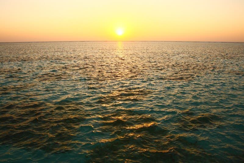 De zonsondergang van de Maldiven op oceaan stock afbeelding
