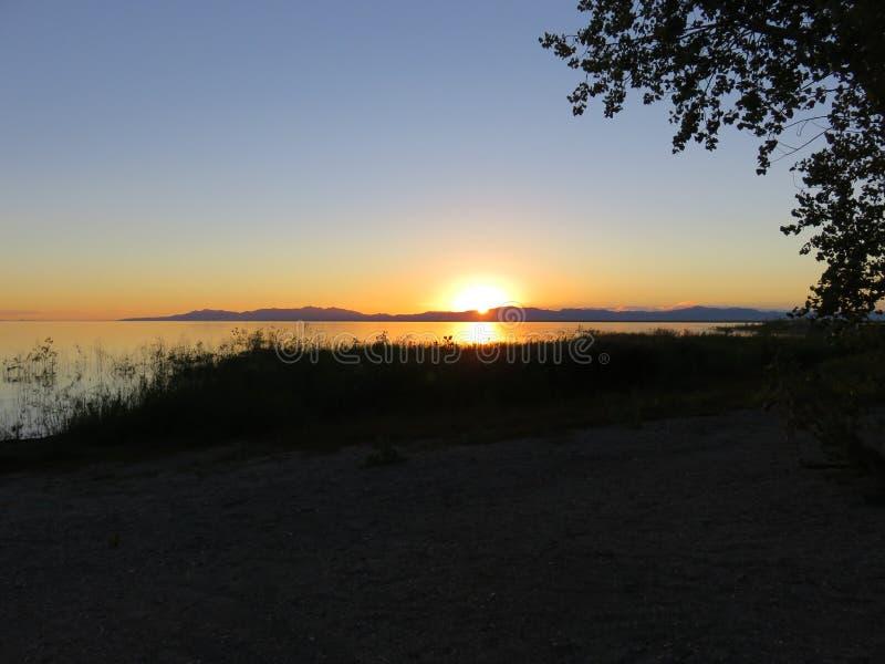 De Zonsondergang van de meerberg stock fotografie