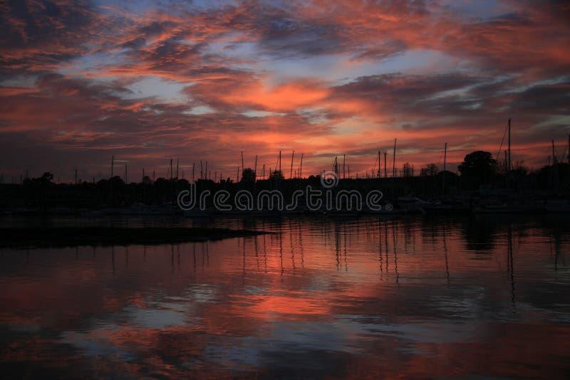 De zonsondergang van de rivier stock foto's