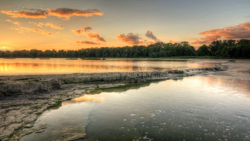 De Zonsondergang van de rivierstroomversnelling stock foto's