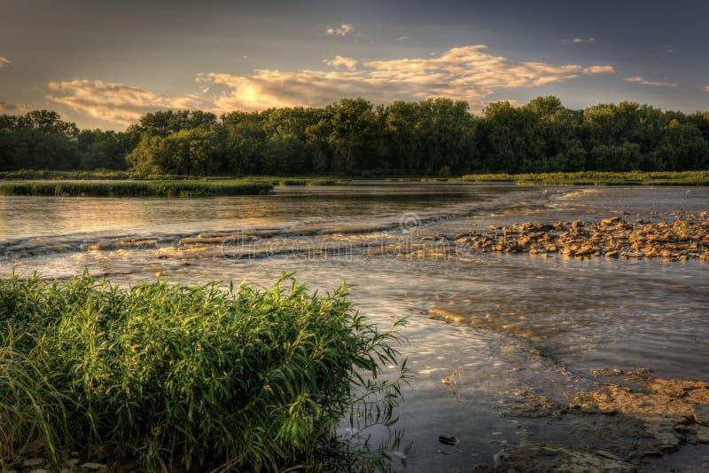 De Zonsondergang van de rivierstroomversnelling stock foto
