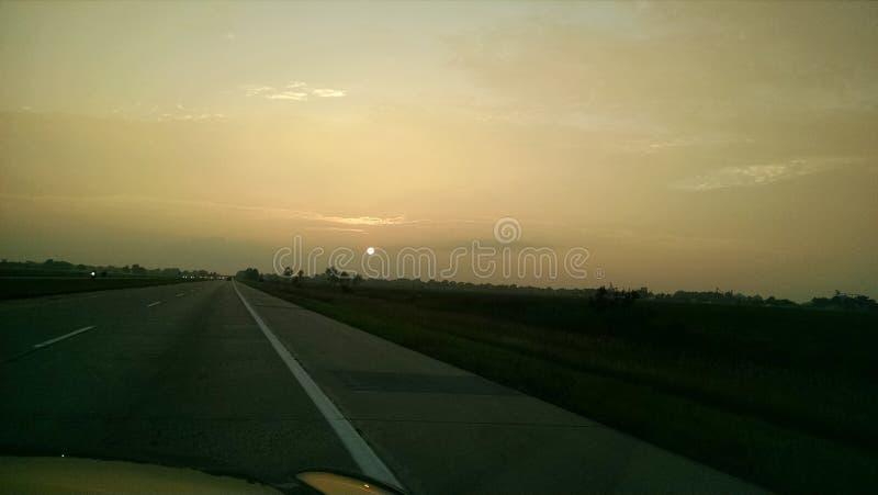 De zonsondergang van de wegzomer stock afbeelding