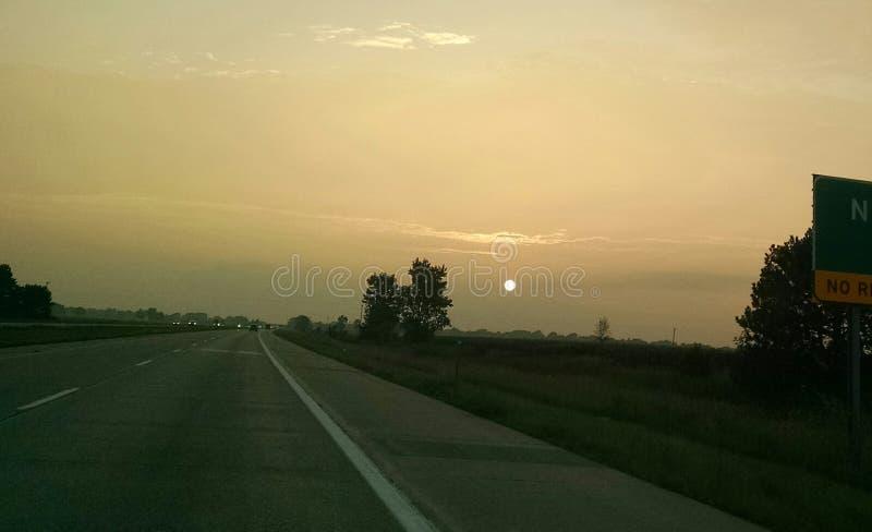 De zonsondergang van de wegzomer royalty-vrije stock afbeelding