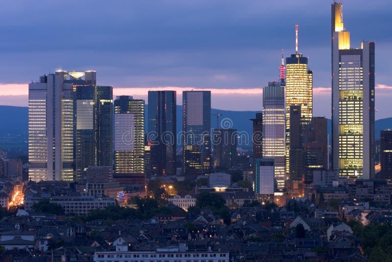 De zonsondergang van de wolkenkrabber stock foto