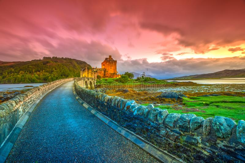De zonsondergang van Eileandonan stock foto