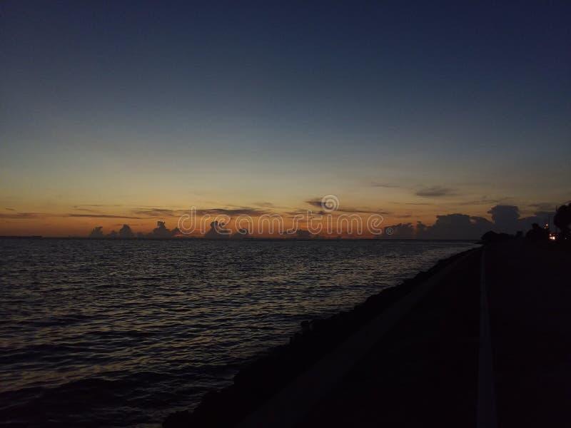 De zonsondergang van de golfbaai stock afbeeldingen
