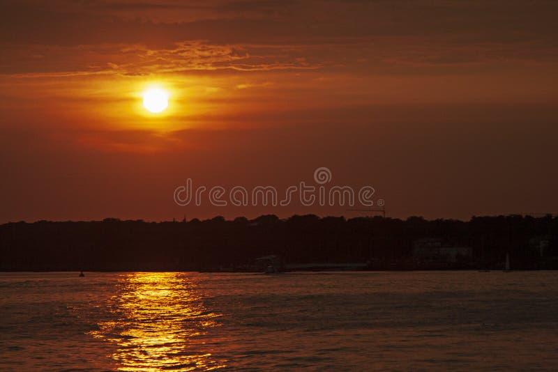 De zonsondergang van Hamburg met panaromic silhouet stock fotografie