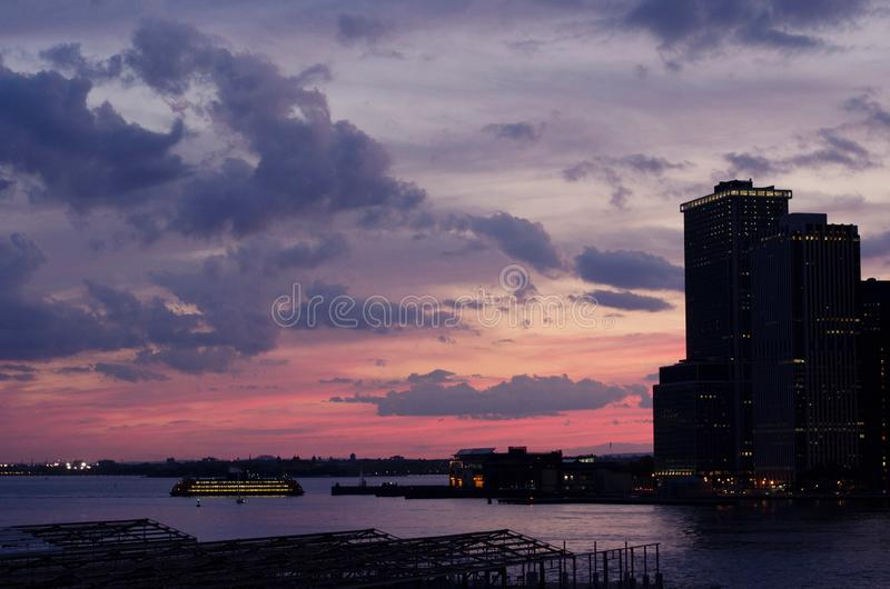 De Zonsondergang van de Haven van New York stock afbeeldingen