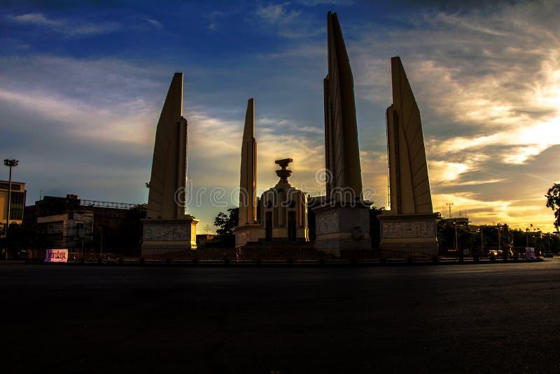 De zonsondergang van het de Democratiemonument van Thailand royalty-vrije stock fotografie