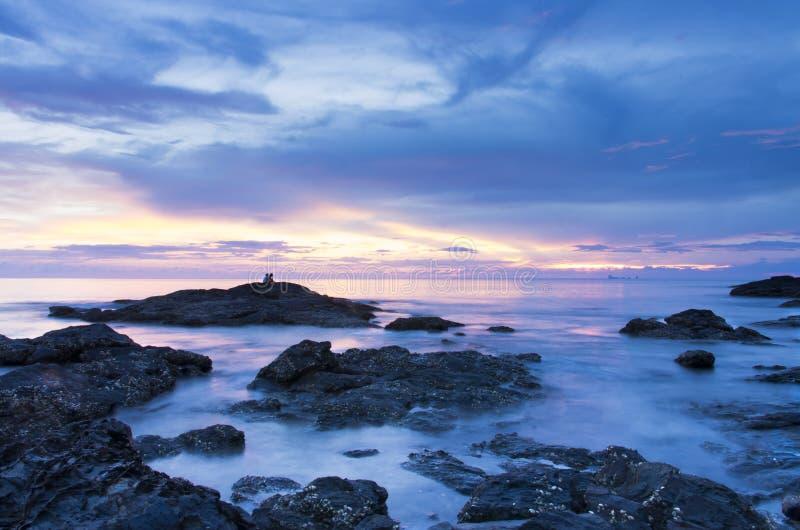De Zonsondergang van het de rotsstrand van Kolanta ` s royalty-vrije stock afbeelding
