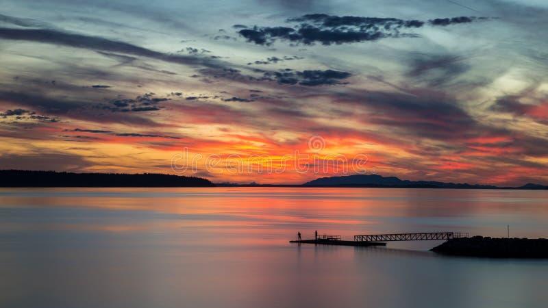 De zonsondergang van het Willingdonstrand in Powell River BC stock fotografie