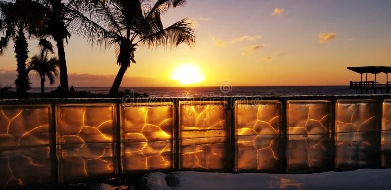 De Zonsondergang van Hiltoncuraã§ao door de pool royalty-vrije stock afbeelding