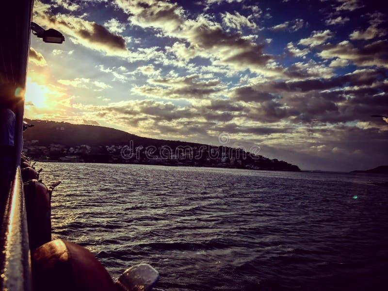 De zonsondergang van Istanboel van het schipleven royalty-vrije stock afbeelding