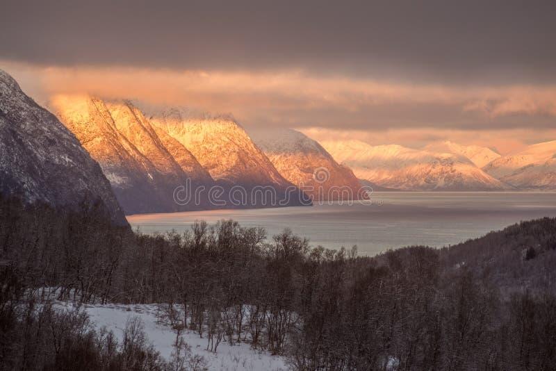 De zonsondergang van de Lyngenalp stock afbeeldingen