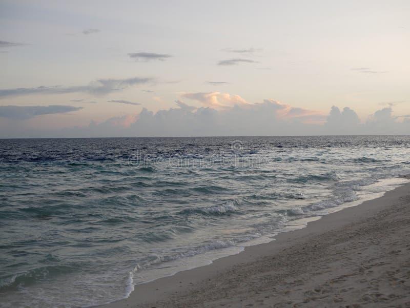 Maldiven zonsondergang zomeravond vakantie stock foto