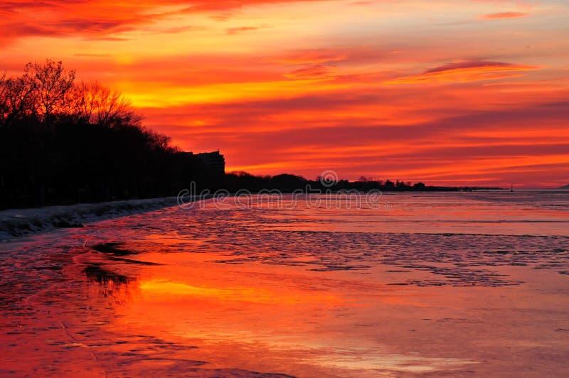 De zonsondergang van meerbalaton in de winter stock afbeelding