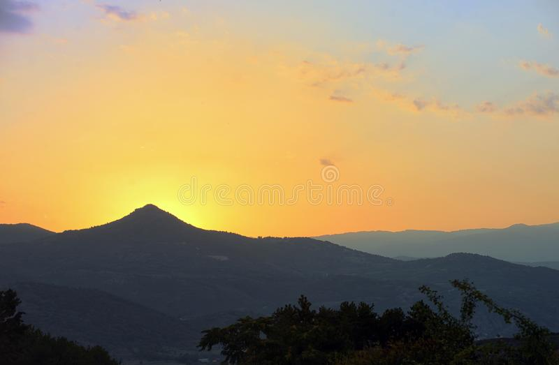 De zonsondergang van Nice over bergen stock afbeelding