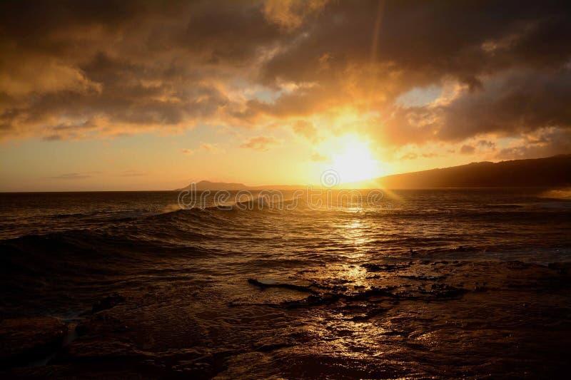 De zonsondergang van Oahu stock afbeeldingen