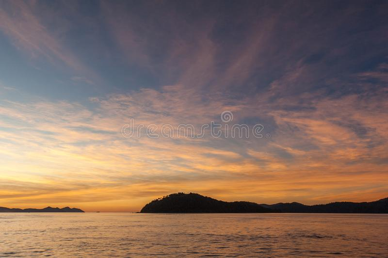 De Zonsondergang van Pinkstereneilanden - mening van boot op het water stock fotografie