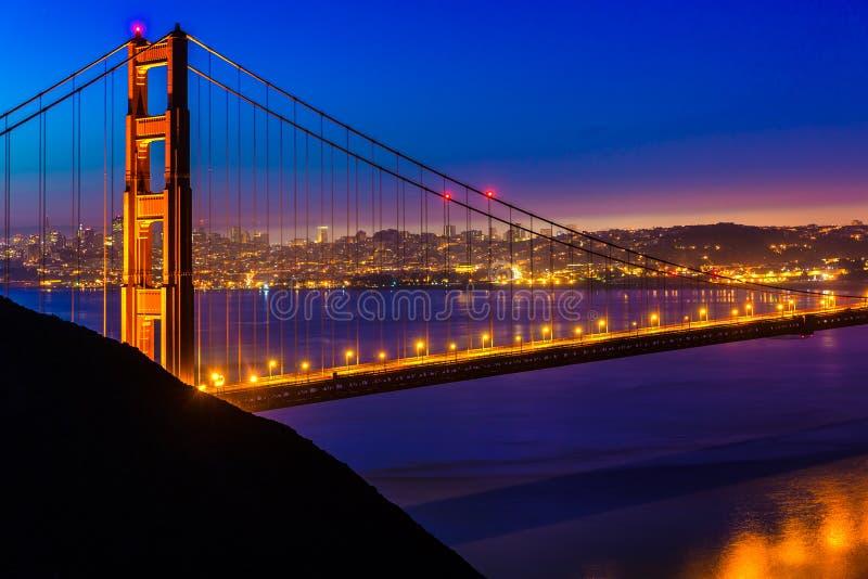 De zonsondergang van San Francisco Golden Gate Bridge door kabels stock foto's