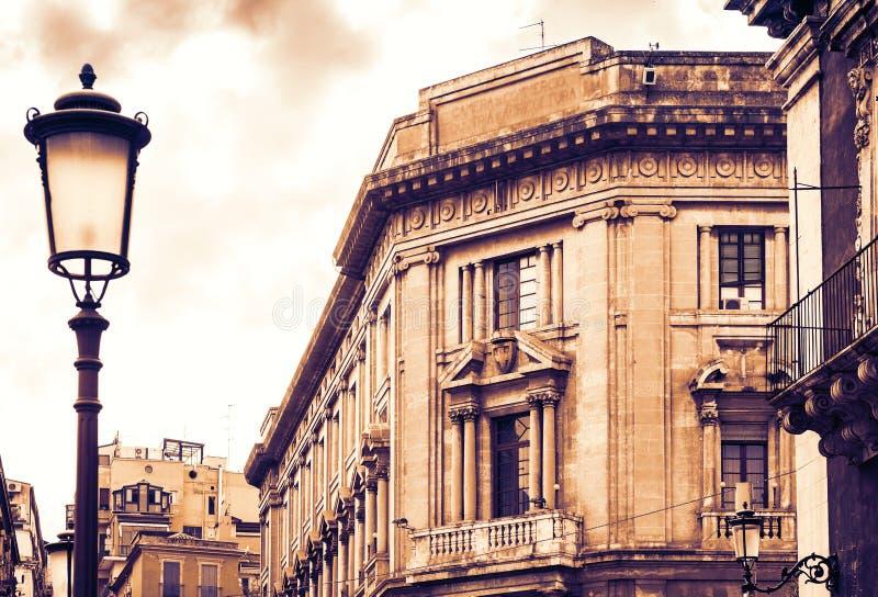 De zonsondergang van Sicili?, mooie cityscape van Itali?, historische straat van Catani?, voorgevel van oude gebouwen royalty-vrije stock fotografie