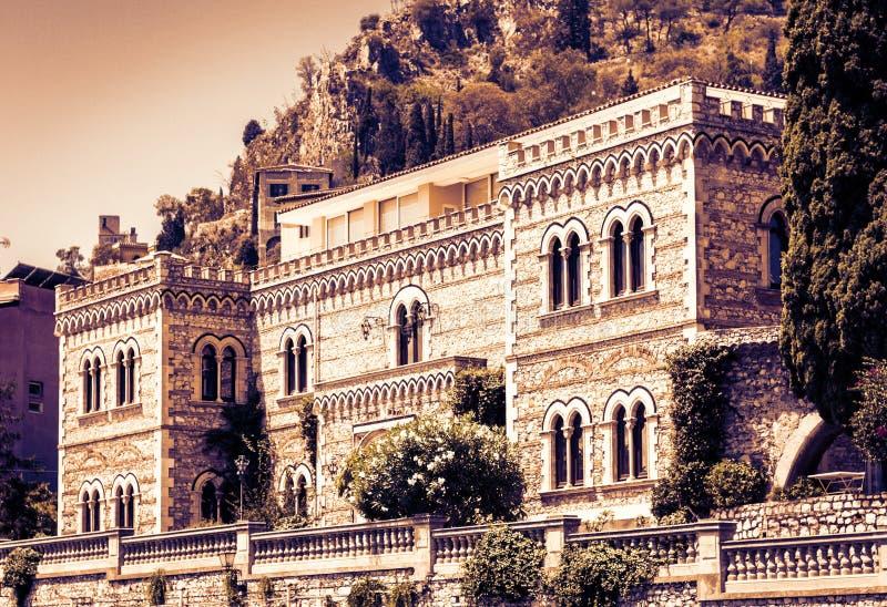 De zonsondergang van Sicili?, voorgevelmuur van de oude barokke bouw in Taormina, traditionele architectuur van Itali? stock afbeeldingen