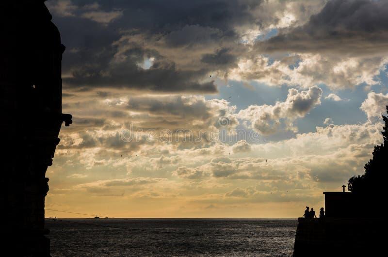 De zonsondergang van de Taguriviermonding dichtbij Lissabon stock foto's