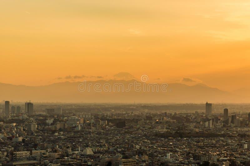 De zonsondergang van Tokyo met Onderstel Fuji stock fotografie