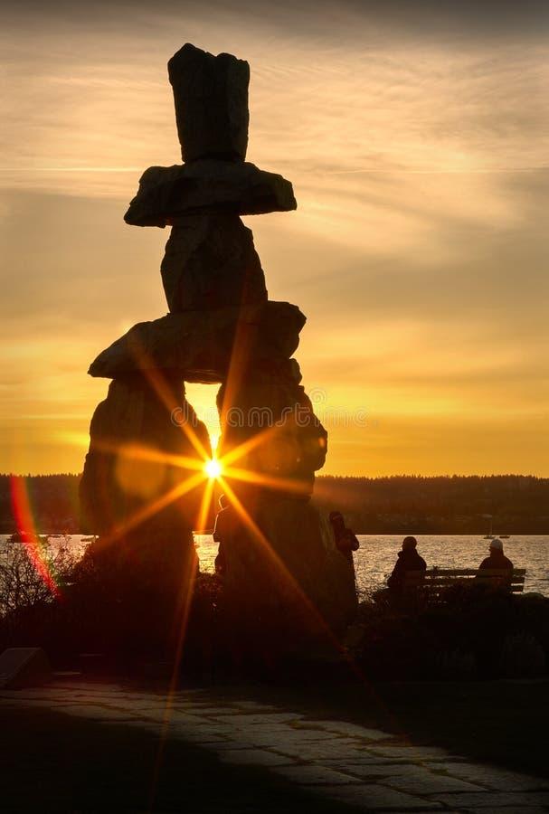 De Zonsondergang van Vancouver Inukshuk stock afbeelding