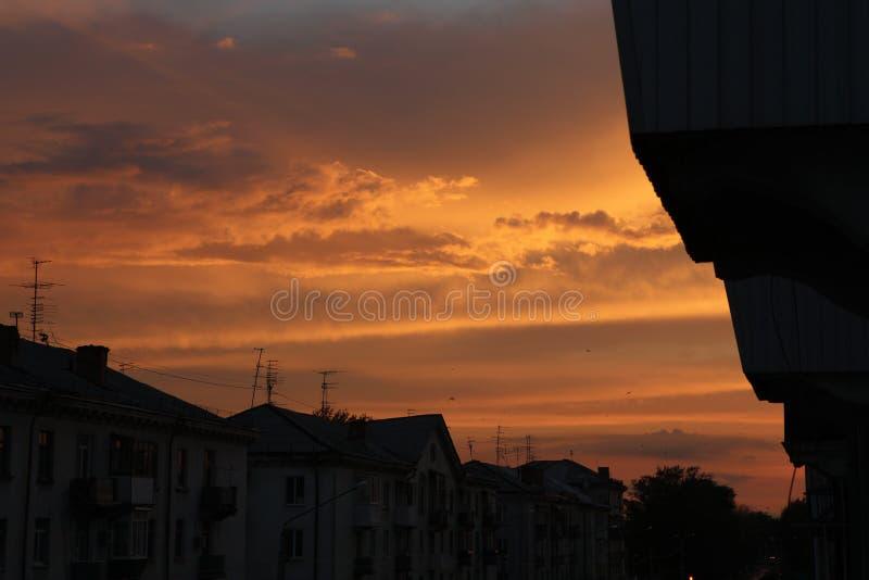 De zonsondergang verlicht oude huizen stock afbeeldingen