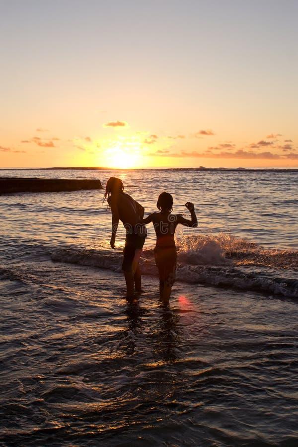 De zonsondergang zwemt stock afbeeldingen