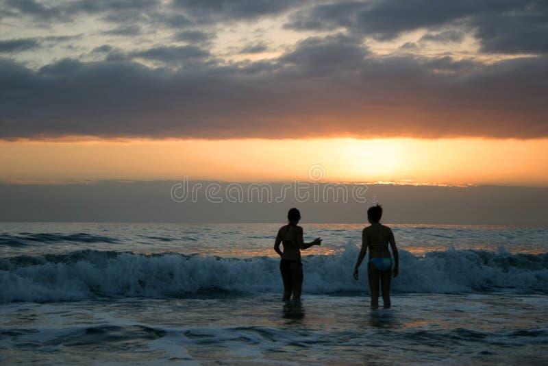 De zonsondergang zwemt stock afbeelding