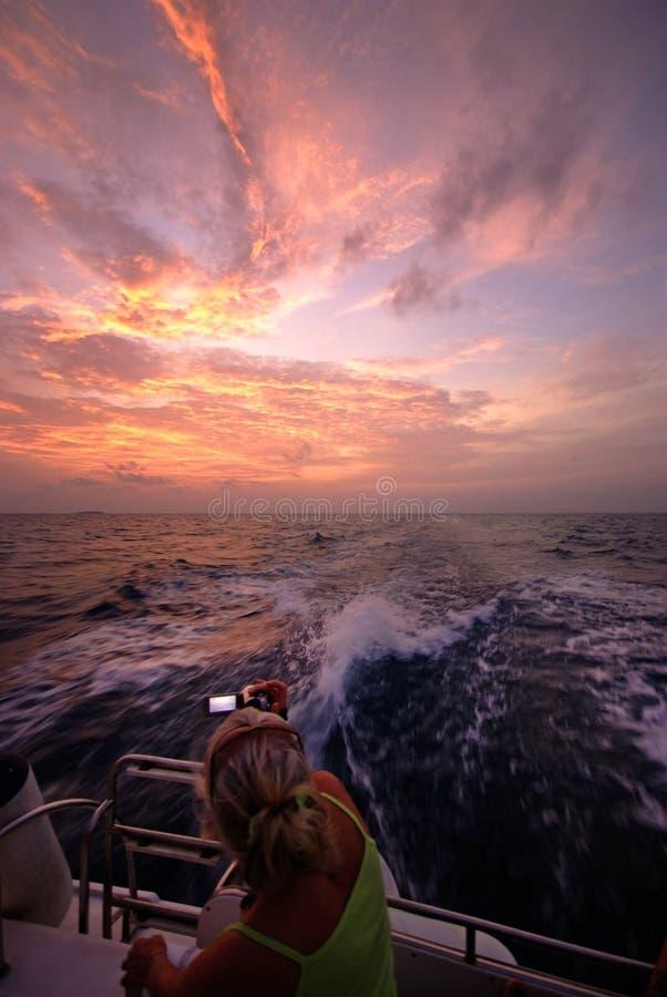 De zonsondergangcruise van de Maldiven stock foto
