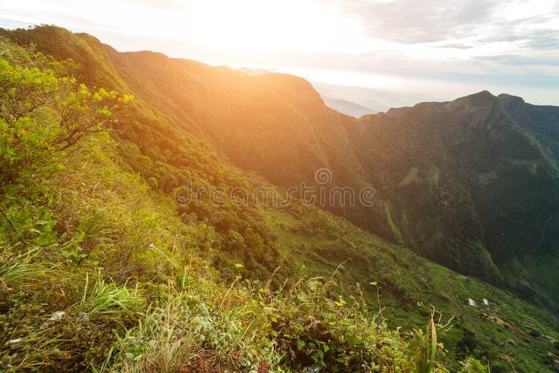 De zonsonderganglandschap Ceylon, Azië, Sri Lanka van bergpieken stock foto